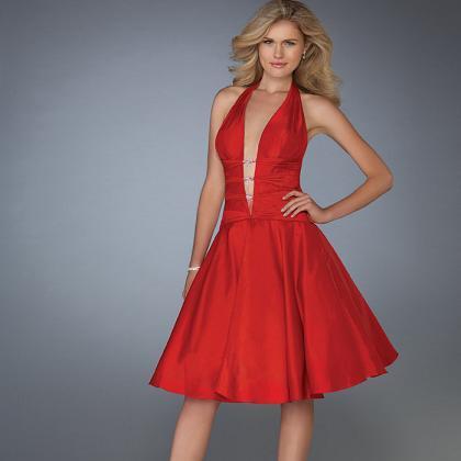 у девок под короткими платьями видно нижнее белье