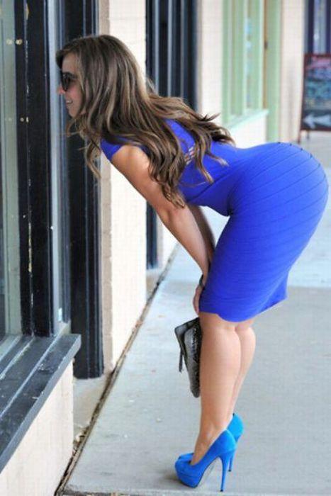 Нагнулась а коротком платье