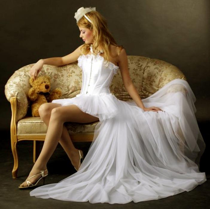 В этом году всё больше и больше молодых невест выбирали для свадеб не традиционные свадебные платья до пола, а короткие свадебные платья со шлейфом
